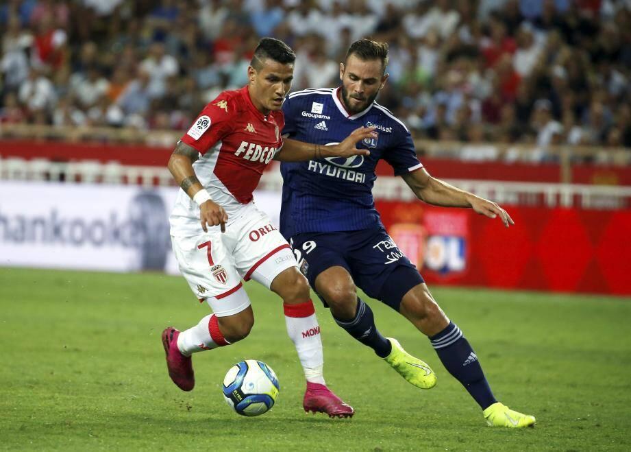 Rony Lopes au duel avec Lucas Tousart de Lyon. Le Portugais a quitté le club pour le Séville FC.