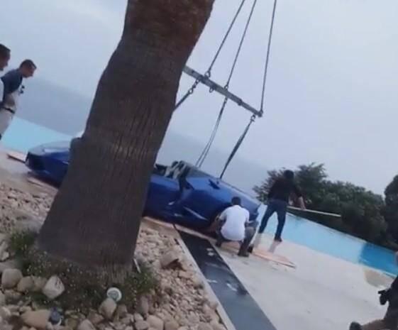 La Lamborghini a fini dans la piscine.