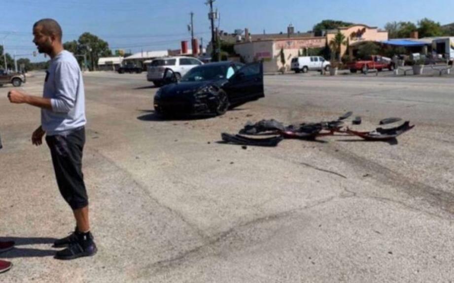 Si le pare-chocs de sa voiture, une Porsche noire, a été sérieusement abîmé à cause du choc, l'ancien meneur des San Antonio Spurs, lui, n'a pas souffert de la collision.