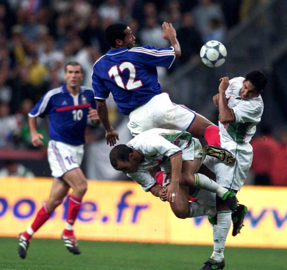 Zinédine Zidane et  Thierry Henrylors du match amical entre la France et l'Algérie au Stade de France en 2001.