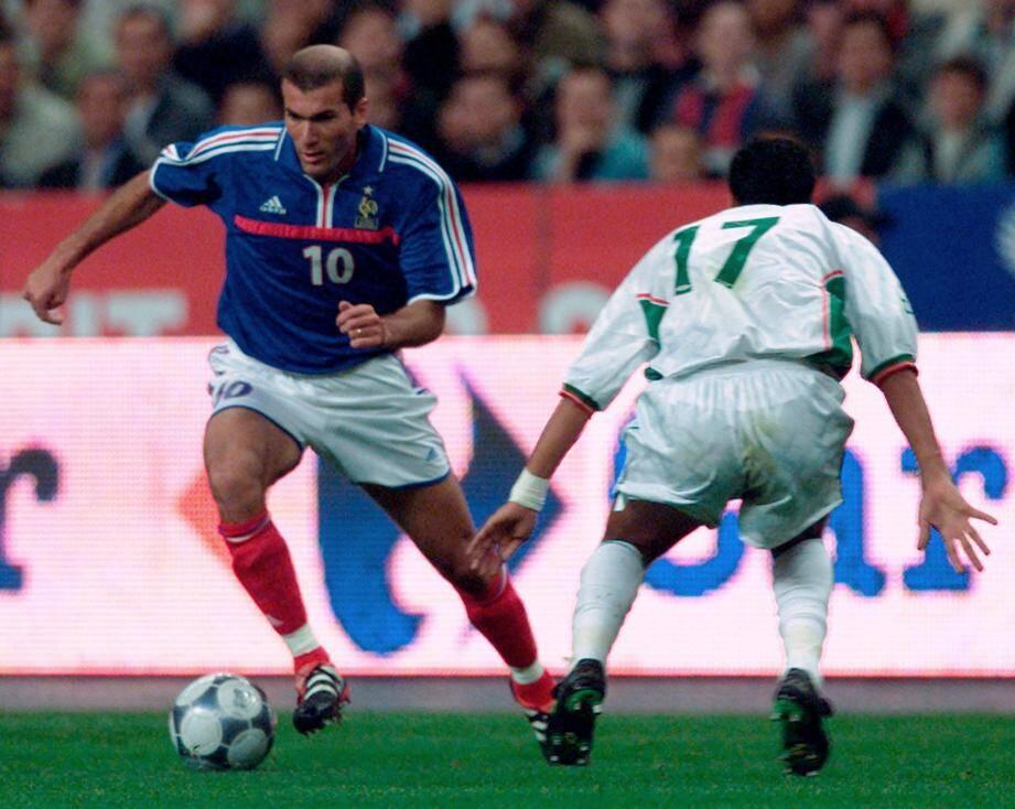 Zinedine Zidane face à l'Algerien Slimane Raho lors du dernier match amical entre la France et l'Algérie au Stade de France le 6 Octobre 2001.