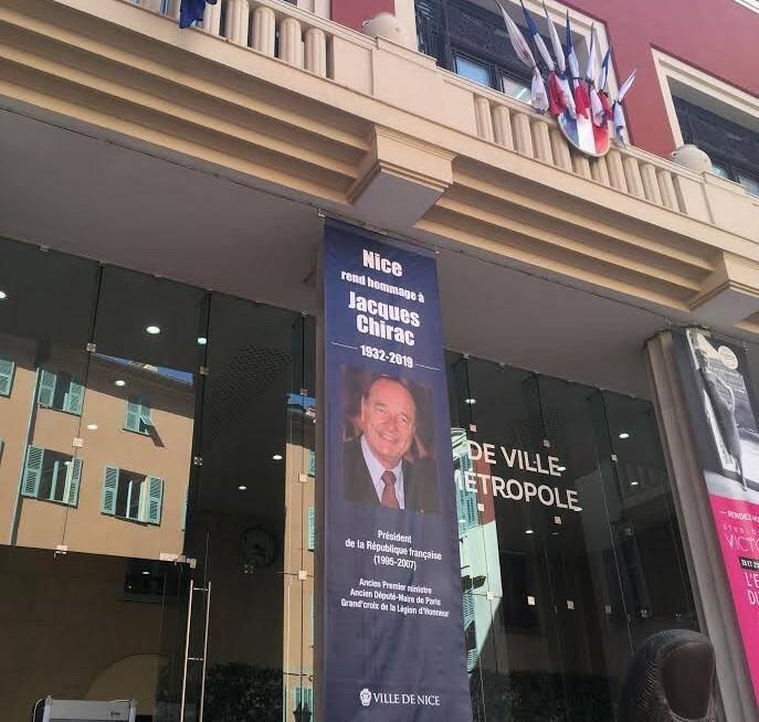 Un portrait de Jacques Chirac a été accroché sur la façade de la mairie de Nice.