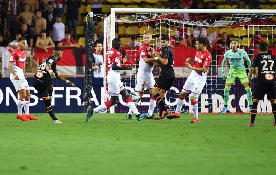 Les Monégasques, qui devaient gagner pour la première fois en L1 depuis le 18 mai (2-0 contre Amiens), ont complètement déjoué après avoir mené 2-0 au bout de trente minutes.