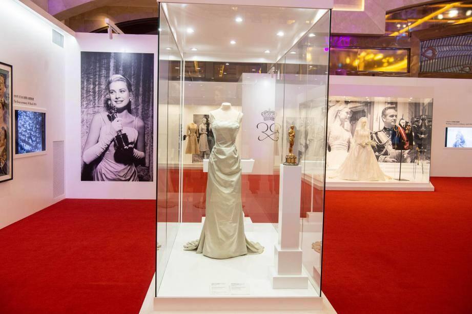 """L'exposition pour le public chinois a retracé le parcours et la vie de la princesse Grace. On retrouve notamment l'Oscar qu'elle a reçu en 1955 pour le film """"Country Girl""""."""