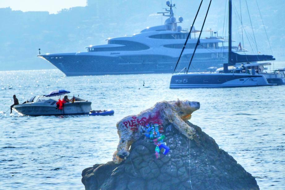 L'artiste Pleks, basé à vallauris, a installé son œuvre faite de bouteilles usagées en verre et de mousse extensible, au large de la plage des Ondes, au Cap d'Antibes.