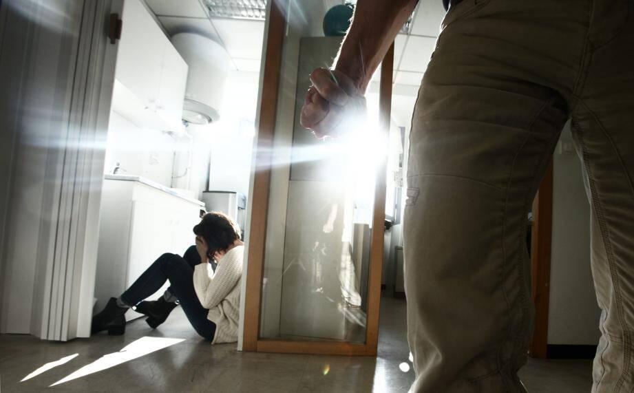 Dans les affaires de violences conjugales, les parquets de Grasse et de Nice privilégient la procédure de comparution immédiate. Dans la majorité des cas, l'homme violent part en détention.