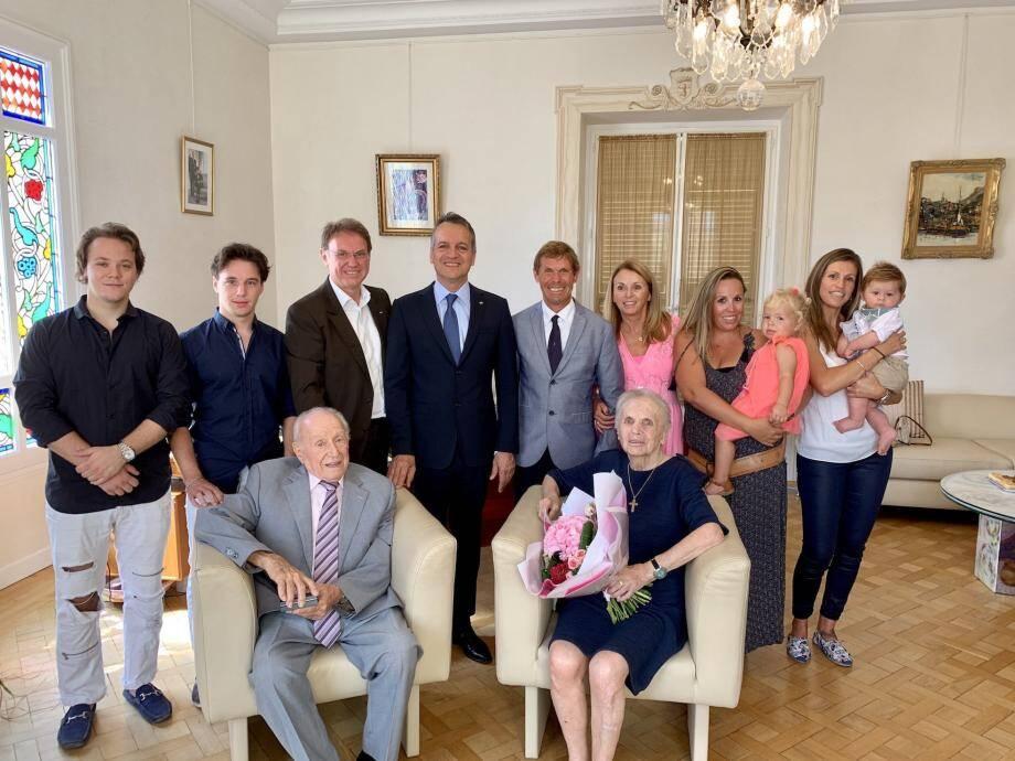 Dante et Simone Pastor, entourés de leurs enfants, petits-enfants et arrière, petits-enfants, ont été reçus par le maire de Monaco.