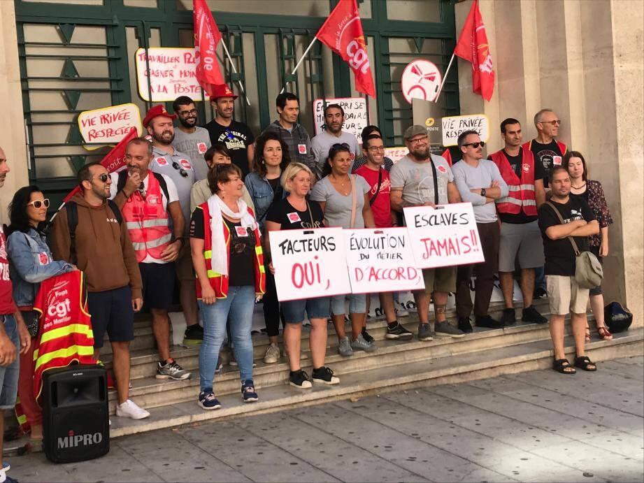 Les facteurs se sont mobilisés hier devant le siège de La Poste à Nice.