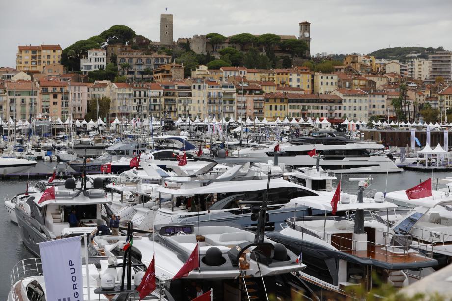 Malgré la pluie, le Yachting Festival a exposé de nombreux yachts.