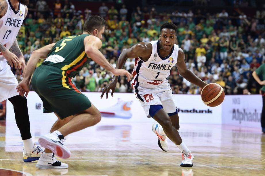 Le meneur des Bleus Ntilikina (New York Knicks) face au ''All Star'' des Boston Celtics, Kemba Walker : le quart de finale entre la France et les Etats-Unis s'annonce chaud et ''show''.