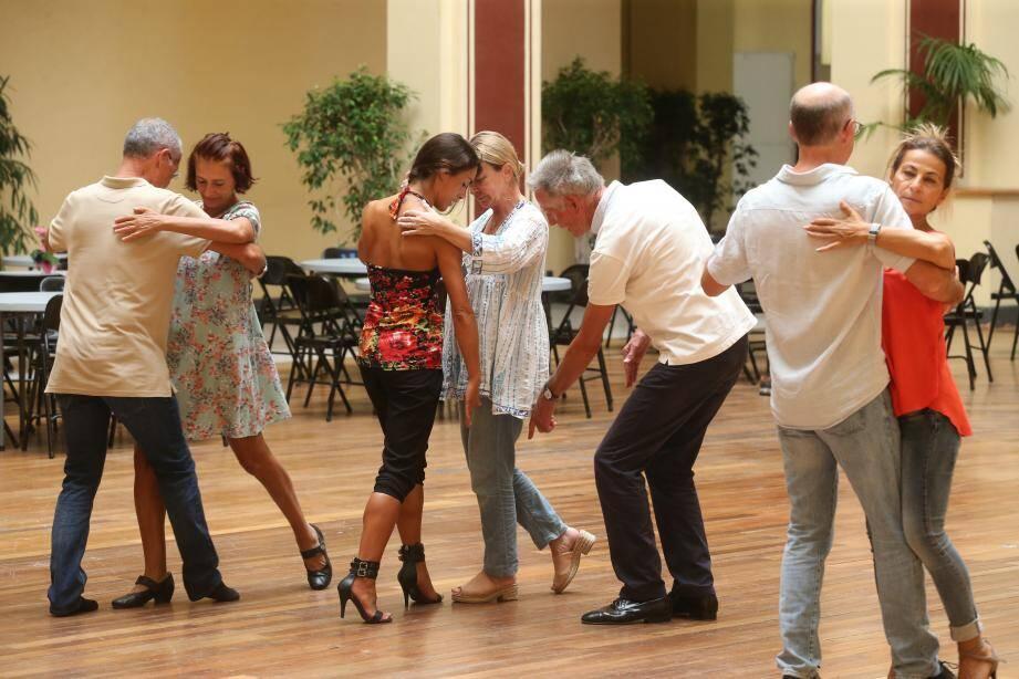 Jusqu'à demain dimanche, des cours de tango gratuits pour débutants sont organisés au Palais de l'Europe. Ils sont animés par deux professionnels du tango : Alfred Thum et Mimi (à gauche).