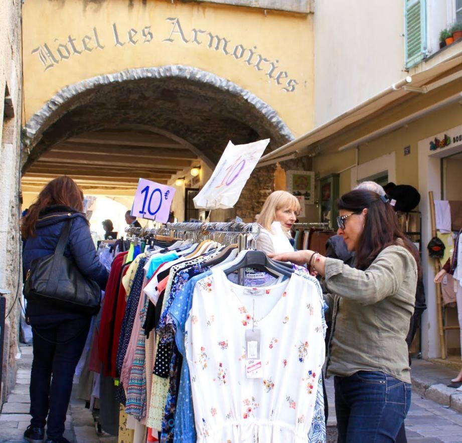Deux jours durant, les bonnes affaires fleurissent dans les rue du village.