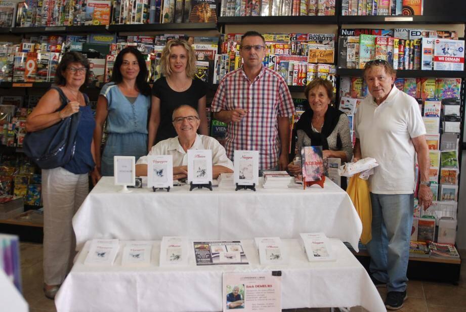 Erick Demeurs entouré des propriétaires des lieux et des passionnés de lecture lors de la présentation de ses œuvres à la Maison de la presse.