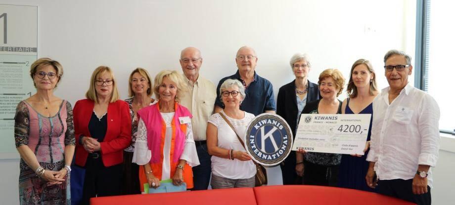 En présence de Brigitte Genetelli, directeur des soins du CHITS, et d'Uta Joulian, déléguée de la Fondation maladies rares pour l'ouest-Var et trésorière du Kiwanis, un chèque de 4 200 € a été remis à la Fondation maladies rares.