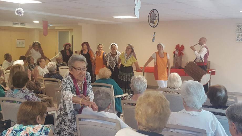 Les animatrices de la résidence Beaupré du Réal ont fait le maximum pour le plaisir des résidents qui ont chanté et dansé.