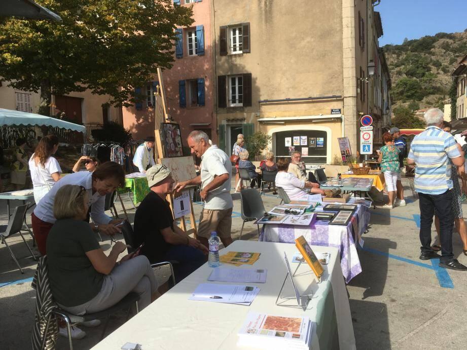 Les associations se sont retrouvées sur la place du marché pour rencontrer les habitants du village.