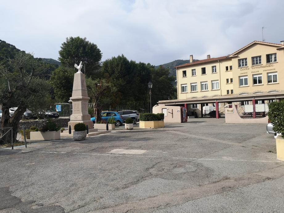Tout le monde l'appelle place Pierre-Cauvin, mais il n'y a aucune trace de cette appellation dans les archives municipales.