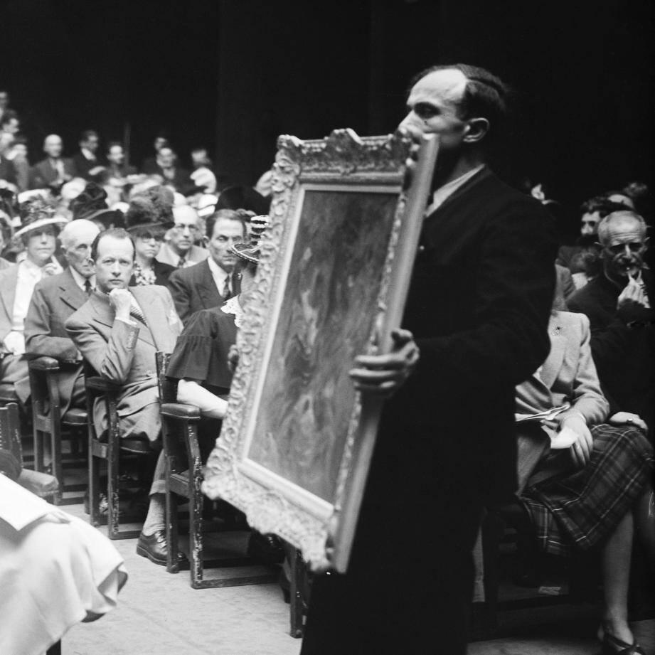 Une vente aux enchères en juin 1944 à la galerie Charpentier, à Paris ©Lapi/Roger-Viollet.