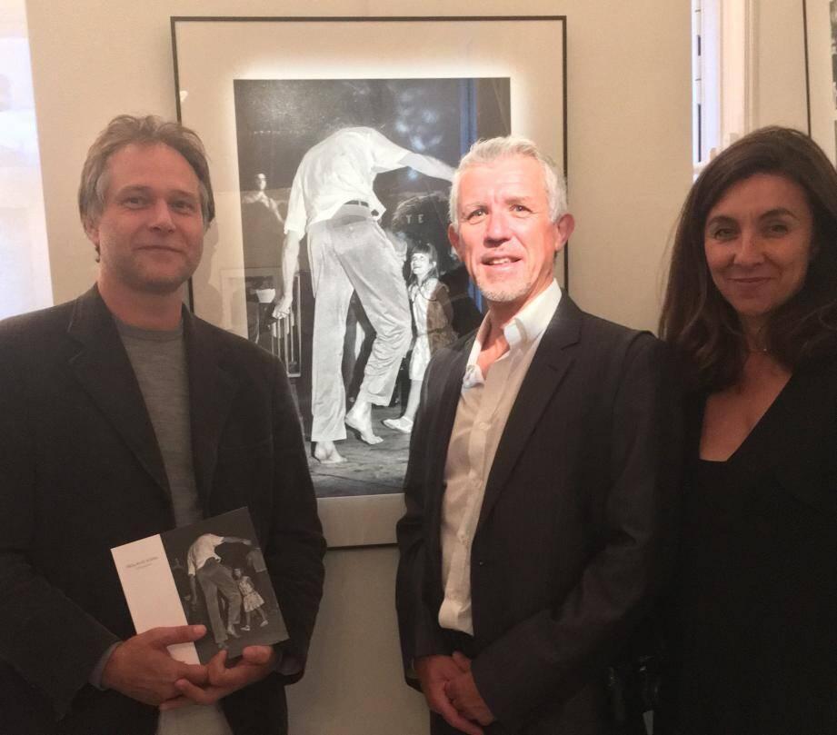 Roland Kara, au centre, entouré par Stéphane Brasca, directeur de la rédaction du magazine de photographie De l'Air et Hélène Bonafous, conservatrice hors pair du Musée de la Villa les Camélias.