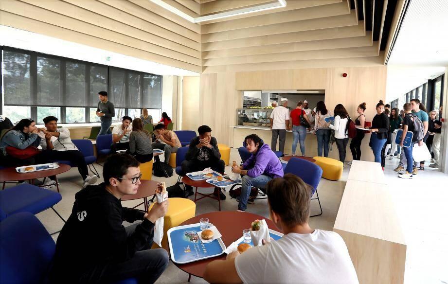 L'espace snack devient aussi un lieu de vie des lycéens.