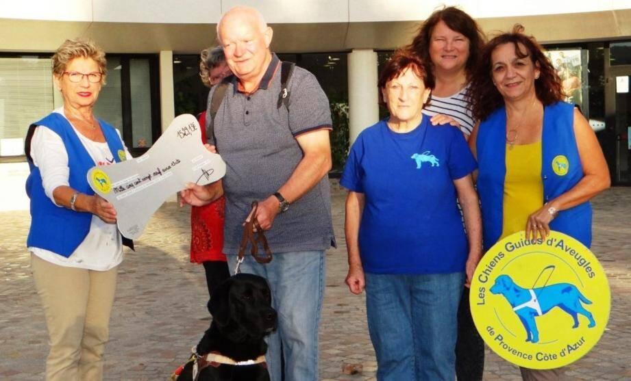 La recette de vide-greniers a été remise à la délégation du Var de l'association des chiens guides d'aveugle de Provence-Côte d'Azur-Corse.