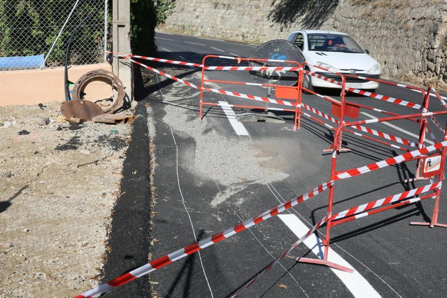 Vieille route de Grasse : de nouveau travaux vont permettre le comblement de l'effondrement. Du côté de la Ville, on espère que cette reprise du bitume sera réalisée cette semaine.