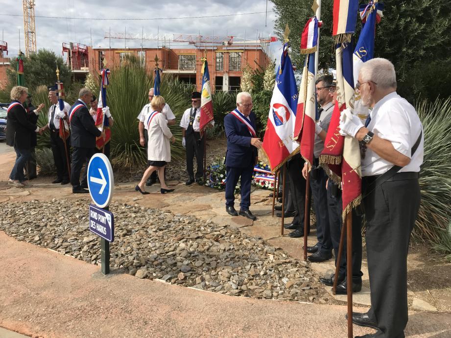 Au moment du salut des porte-drapeaux par les autorités à la fin de la cérémonie.