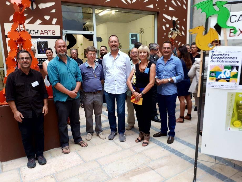 Le vice-président de l'UPV Jean-Marc Delluc (au centre) et une partie de ses adhérents ont passé une bonne soirée dans la rue de Trans.