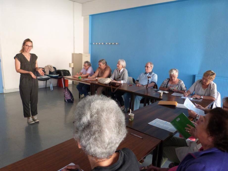Margaux Dasseville sous l'égide de la Mutualité Française a initié les seniors de la Dracénie à des exercices ludiques de stimulation cognitive.