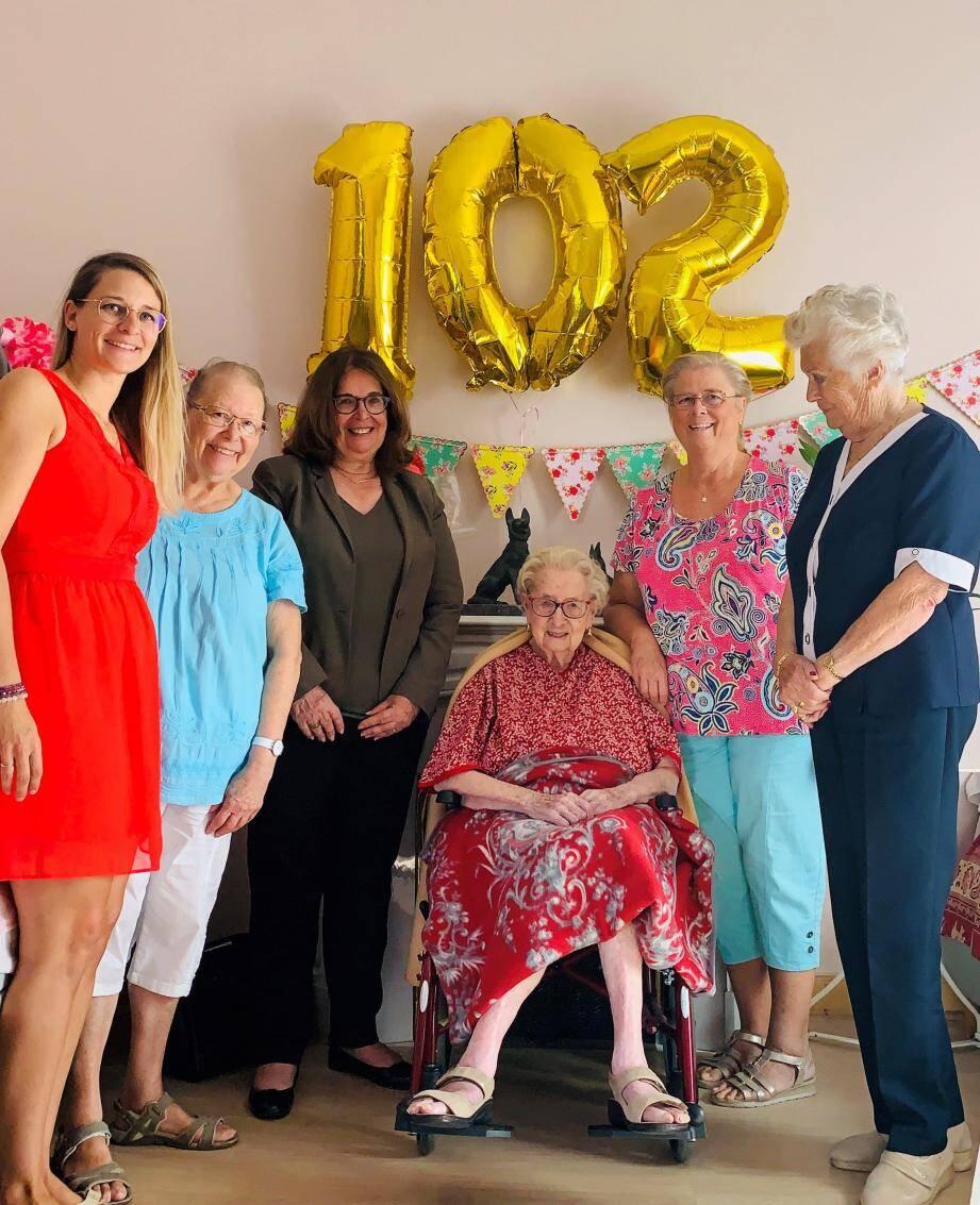 André Vasse est une centenaire charmante, entourée d'une famille unie. Ici elle est entourée (de g. à dr.) de Christelle, Jocelyne, Suzanne Blondeau-Ménache, Lyliane et Viviane Passeggi-Gibert.