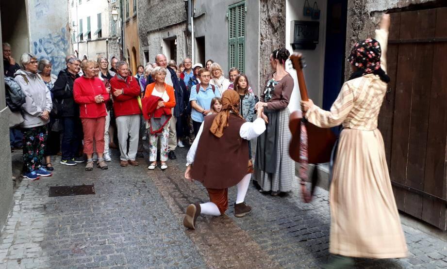 La troupe émerveille le public dans les rues du village.(DR)