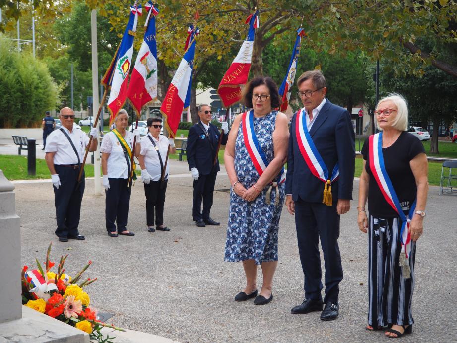 Dominique Ducasse, le maire Jean-Sébastien Vialatte et Christiane Giordano ont déposé une gerbe au monument aux morts.