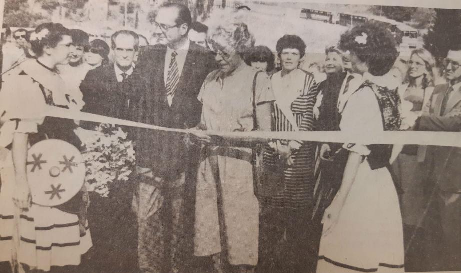 Jacques Chirac aux côtés de Mme Aubert lors de l'inauguration de l'école St-Exupéry en 1985.