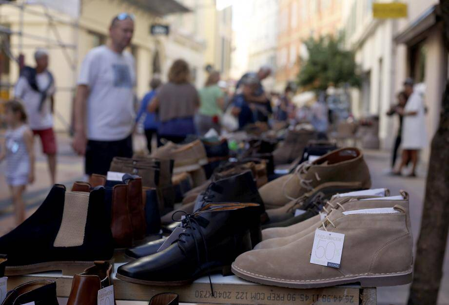 Jusqu'à dimanche, les commerçants de Menton bradent les prix ! Sur les étals, des collections d'été mais aussi d'automne et d'hiver et des rabais jusqu'à -70 %.