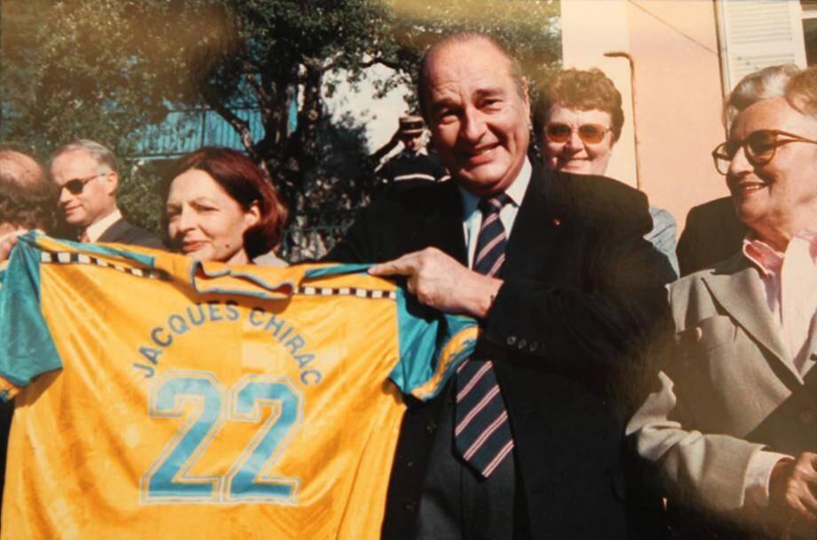 Après celui offert par l'équipe de France victorieuse en 1998, l'équipe de football de Bormes lui remettra un ma illot floqué à son nom frappé du numéro 22  à l'occasion du corso, en février 2000.