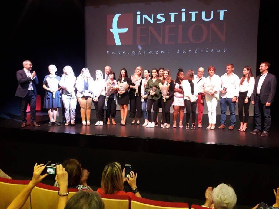 Les diplômés de l'an dernier, les étudiants fraîchement accueillis cette année, ainsi que l'équipe enseignante ont été applaudis par la salle et le nouveau directeur général (à gauche de la photo).