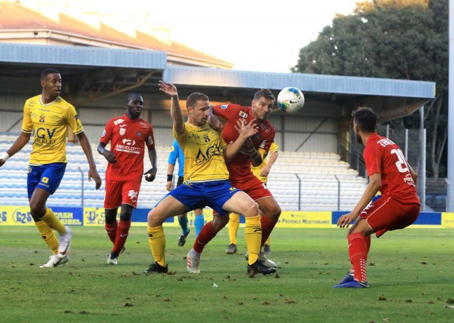 Longtemps en passe de s'imposer à Créteil, les Toulonnais (ici Barbier contre Béziers) ont finalement concédé un nouveau match nul à la 90e minute. Rageant.