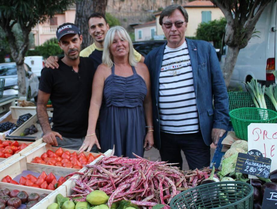 Devant des produits du terroir Dominique Baldini, directrice de l'Office de tourisme, et Pater Van Santen, le président.