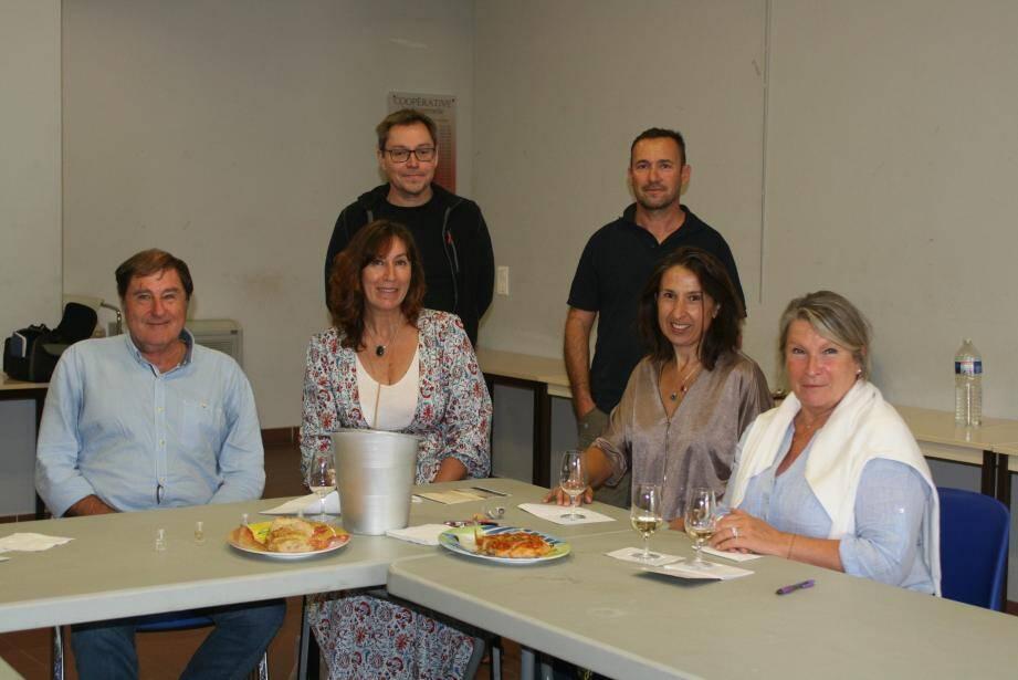 Dans les locaux de la coopérative, Delphine Garraud, formatrice en œnologie, a fait goûter aux participants cinq crus différents.