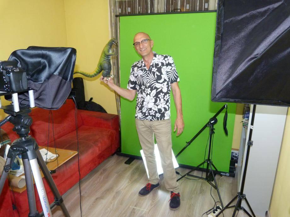 Dans son appartement, Alex a dédié une chambre au tournage de ses vidéos. Et s'est équipé en matériel : un fond vert, un système d'éclairage, un boîtier vidéo et un micro.