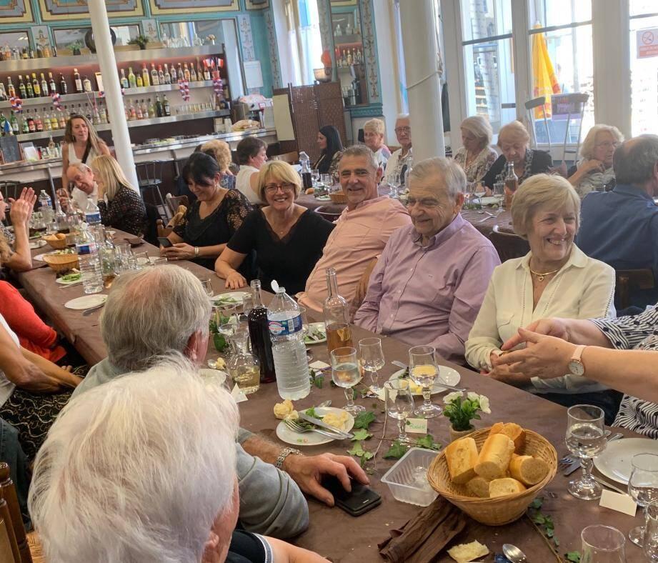 Denise Paolini, à la table du maire, entouré de son épouse et de son fils, a salué l'action de l'élu pour le Cercle.