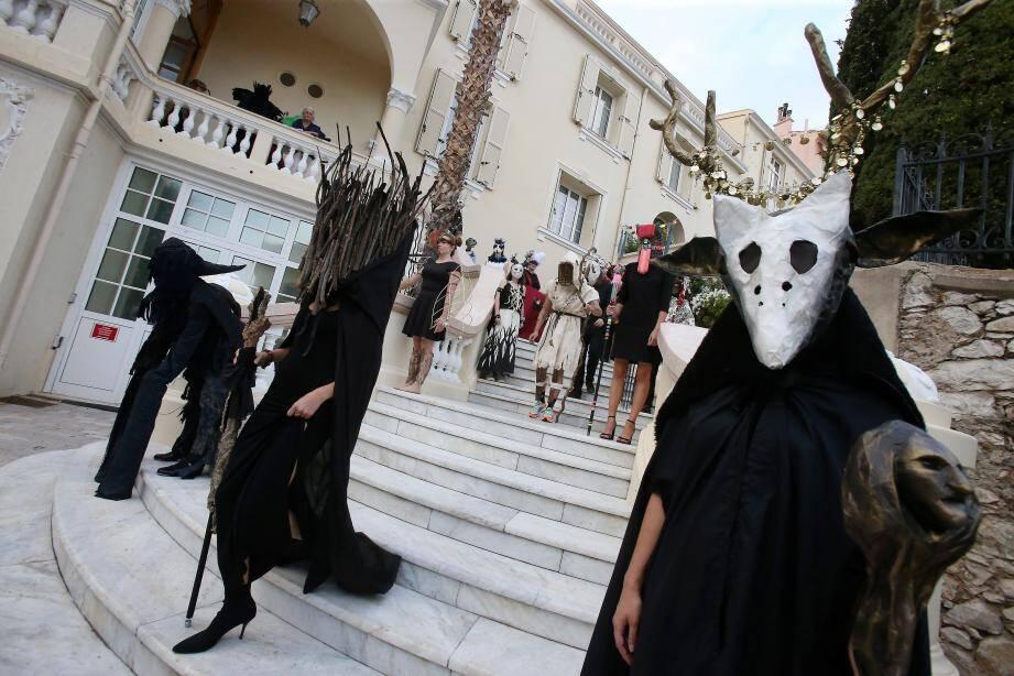 La princesse Stéphanie a soutenu les jeunes de « Tous en piste » qui se sont produits sous le chapiteau de l'Espace Fontvieille. Tandis que les élèves de l'Ecole du Pavillon Bosio ont défilé dans leur costume sur le thème du « Bal des Beaux-arts ».