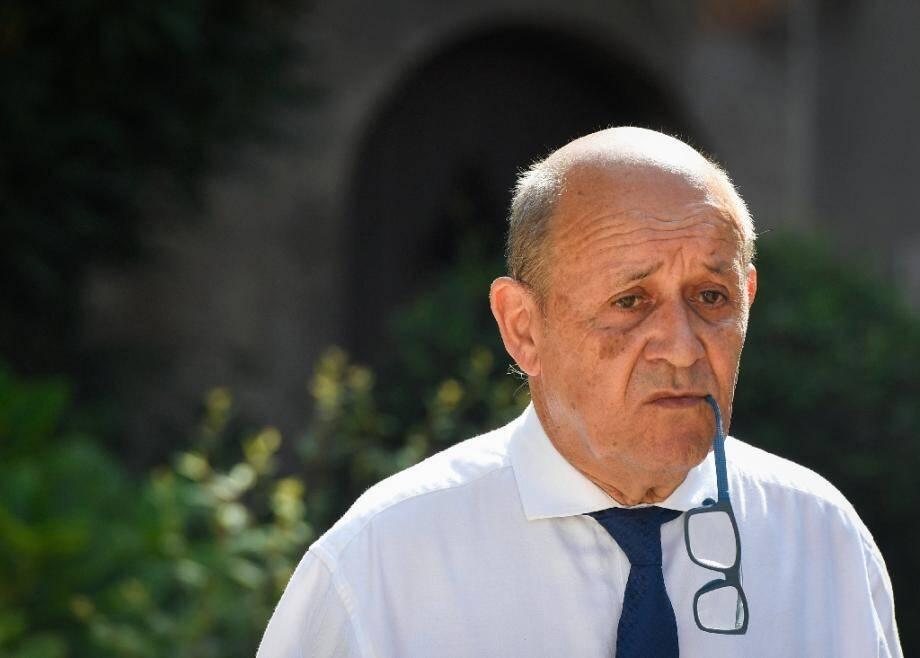 L'homme se faisait passer pour Jean-Yves Le Drian le ministre de la Défense, aujourd'hui en charge des Affaires étrangères, Jean-Yves Le Drian.
