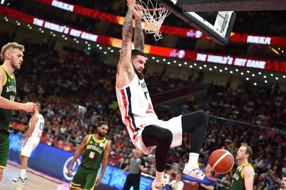 Le pivot des Bleus Vincent Poirier claque un dunk contre l'Australie pour le bronze du Mondial à Pékin, le 15 septembre 2019