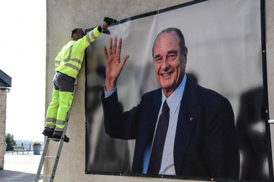 Installation d'un portrait géant de Jacques Chirac dans le musée à son nom à Sarran, en Corrèze, le 26 septembre 2019