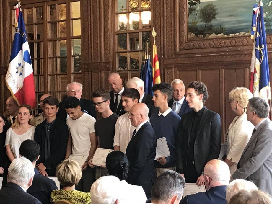 Les onze lycéens antibois qui avaient sauvé la vie de leur professeur d'EPS, en décembre 2018, ont reçu le Prix départemental du civisme au sein du palais Sarde à Nice, le 6 juin dernier.