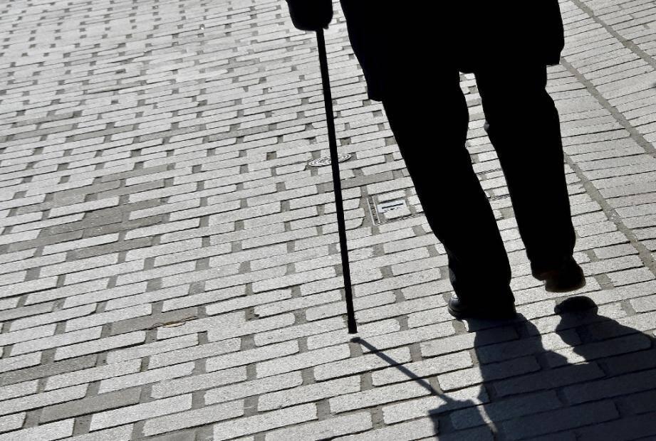 Un homme marche avec une canne dans les rues de Nantes, le 16 mars 2017
