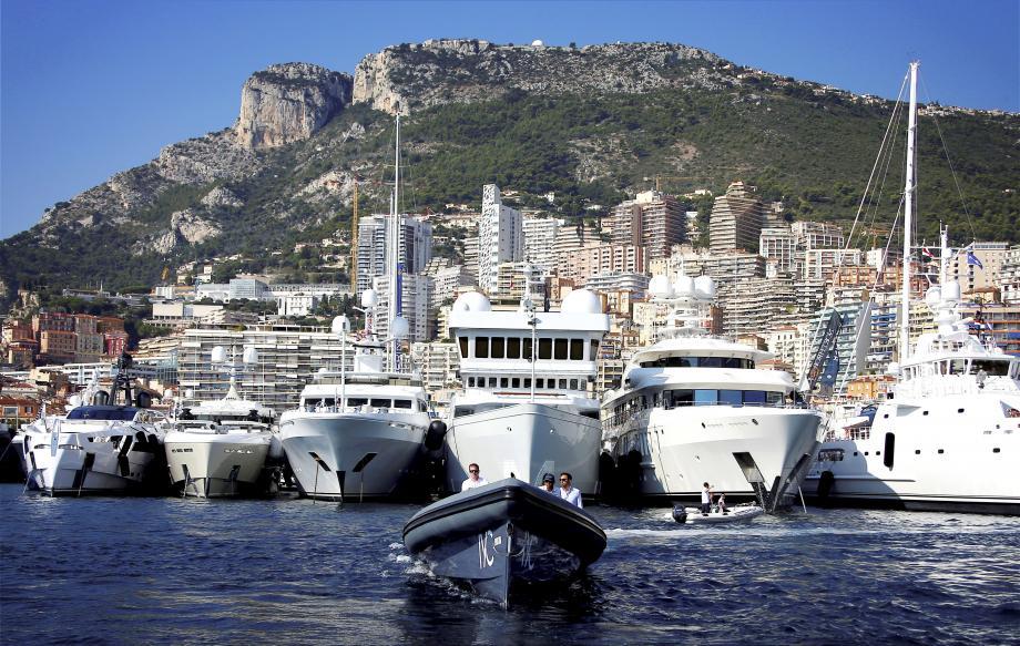 125 superyachts mouilleront dans le port Hercule.