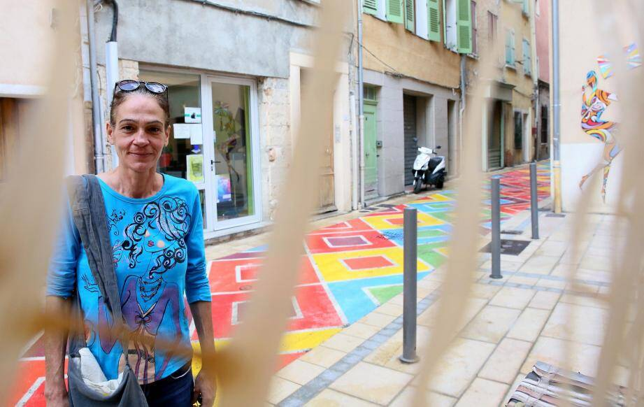 Installée depuis quatre ans, rue de Trans, Esmeralda Carta regrette que le projet de développement d'artisanat d'art n'ait pas encore vu le jour.