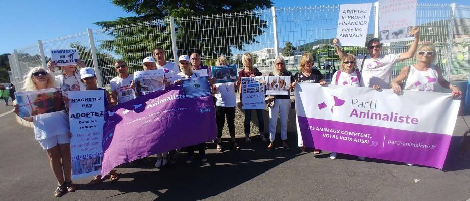 Une quinzaine de militants du Parti animaliste ont manifesté devant les portes du salon.